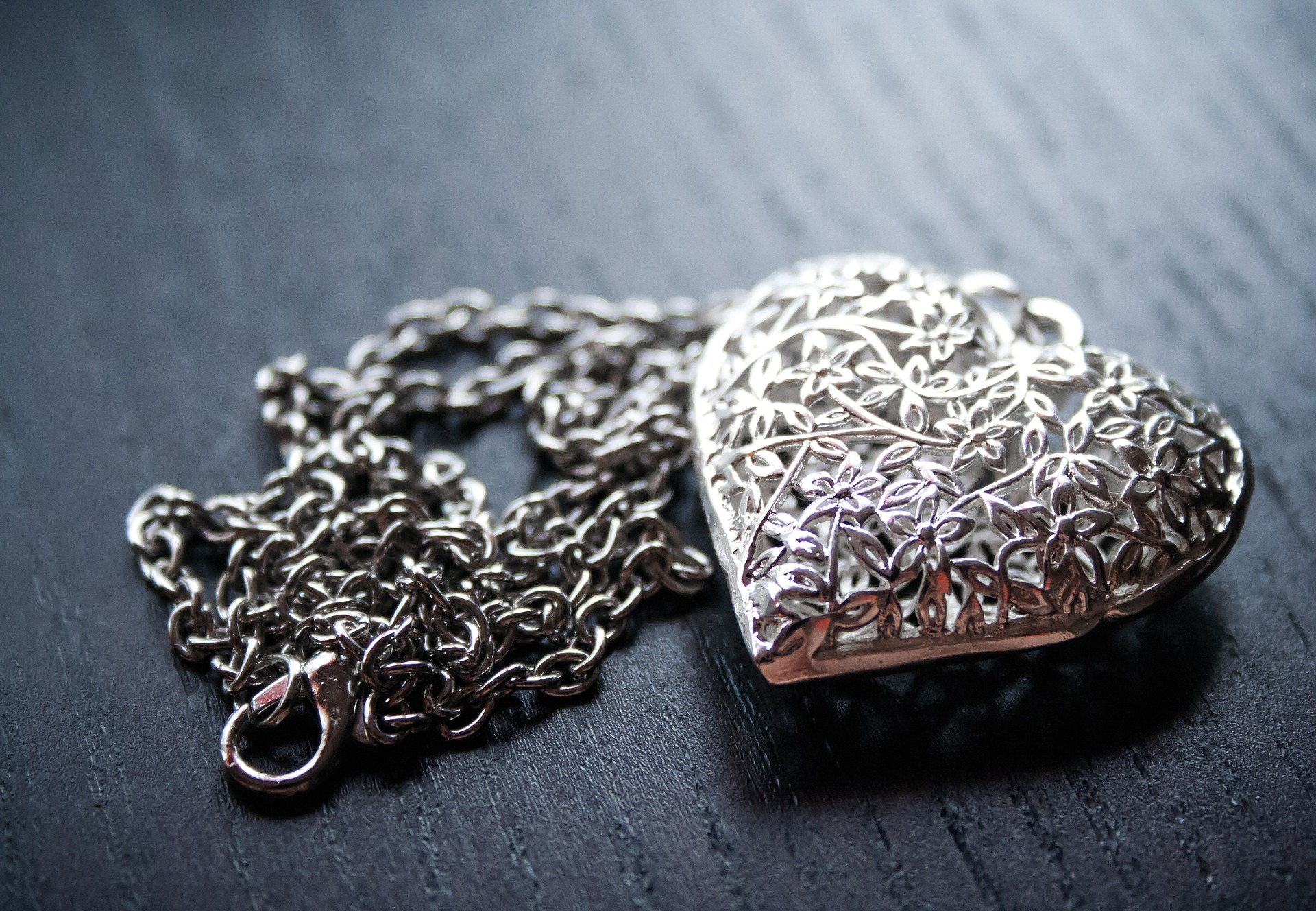 picture of silver necklace